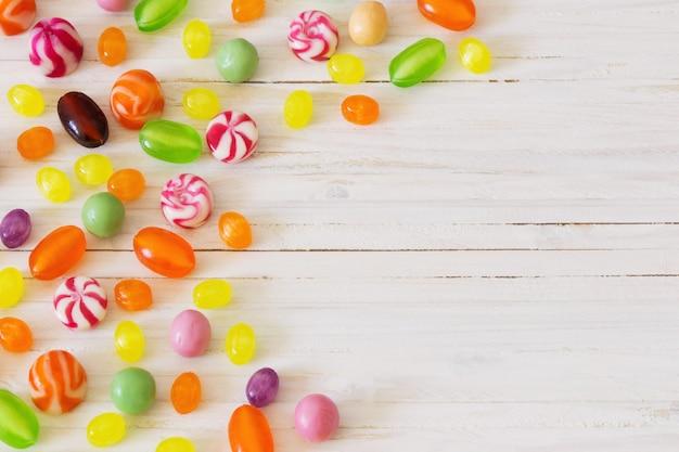 Variedade de doces em um espaço de madeira