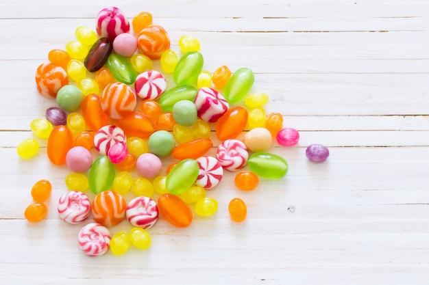 Variedade de doces em uma mesa de madeira