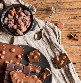 Variedade de doces vista superior na mesa de madeira