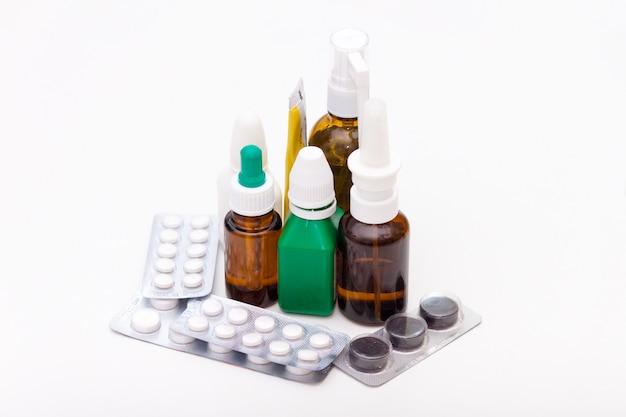 Variedade de drogas e comprimidos no fundo branco. conceito de lista de medicação.