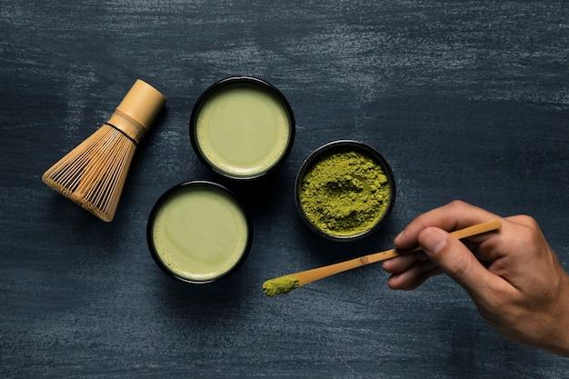 Variedade de duas xícaras de chá matcha