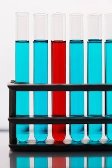 Variedade de elementos científicos de vista frontal em laboratório