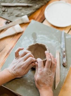 Variedade de elementos de cerâmica na oficina