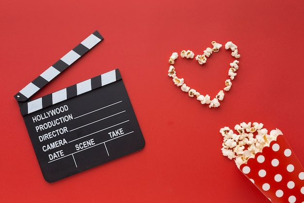 Variedade de elementos de cinema em fundo vermelho