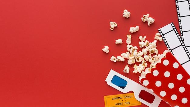 Variedade de elementos de filme em fundo vermelho, com espaço de cópia