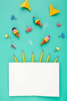 Variedade de elementos de mesa com notebook aberto