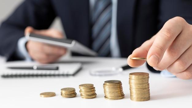 Variedade de elementos de negócios financeiros de vista frontal