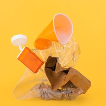 Variedade de elementos plásticos não ecológicos