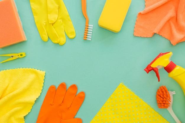 Variedade de equipamentos de limpeza em cima da mesa