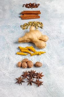 Variedade de especiarias de inverno. Foto gratuita