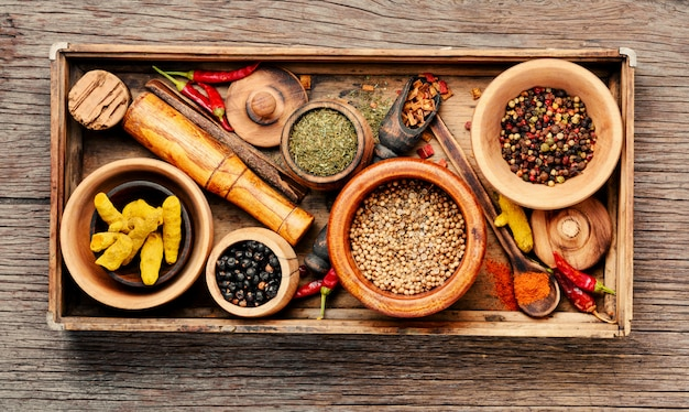 Variedade de especiarias na mesa da cozinha