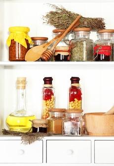 Variedade de especiarias nas prateleiras da cozinha