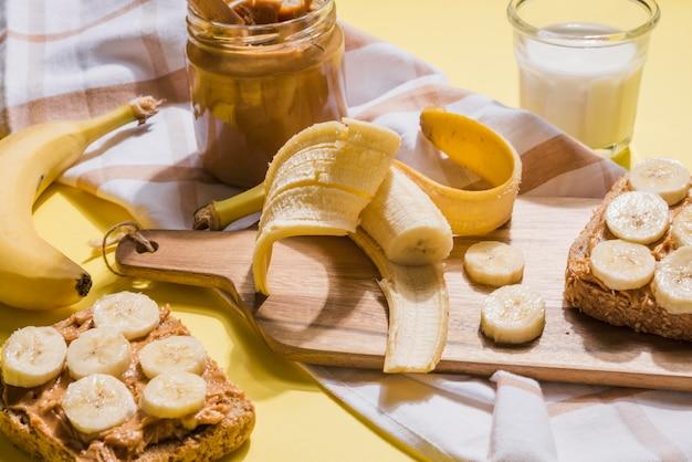 Variedade de fatias de banana com manteiga de amendoim