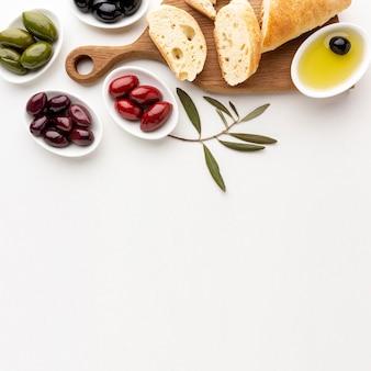 Variedade de fatias de pão de azeitonas e azeite com espaço para texto