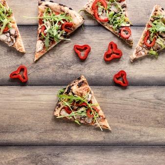 Variedade de fatias de pizza de vista superior