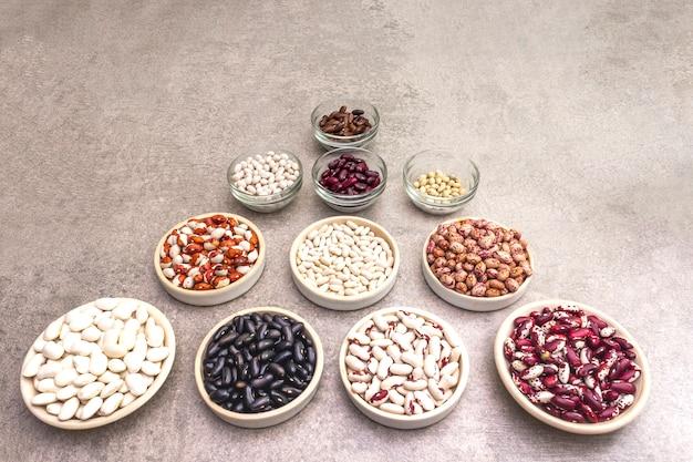 Variedade de feijão em tigelas