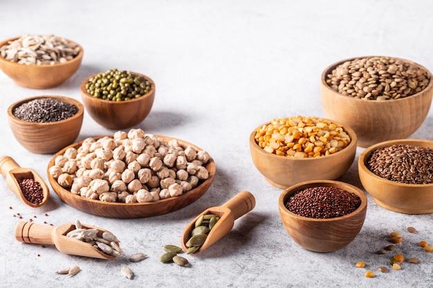 Variedade de feijão, sementes, leguminosas em fundo branco.