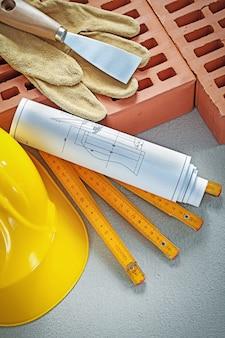 Variedade de ferramentas de alvenaria na vista superior da superfície de concreto