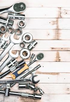 Variedade de ferramentas de carpintaria em pranchas de madeira