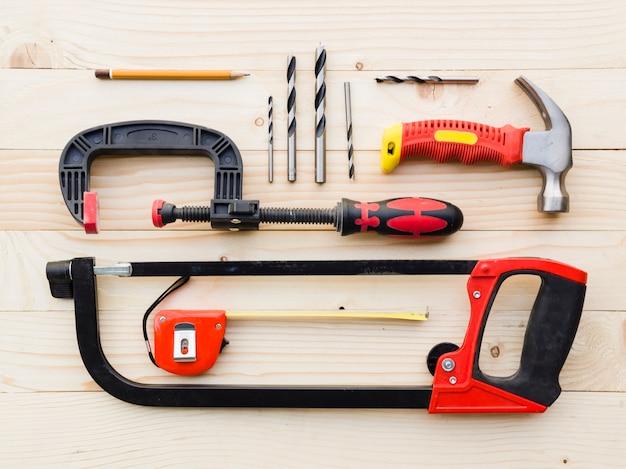 Variedade de ferramentas de carpintaria na mesa