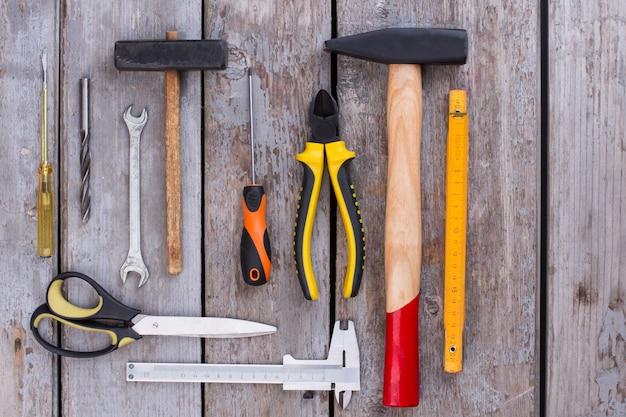 Variedade de ferramentas de construção em fundo de madeira