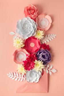 Variedade de flores de papel para o dia da mulher com envelope