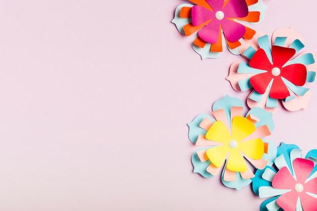 Variedade de flores de primavera de papel multicolorido com espaço de cópia
