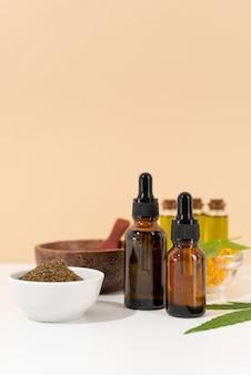 Variedade de folhas de cannabis e garrafas de óleo