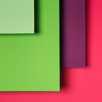 Variedade de folhas de papel colorido