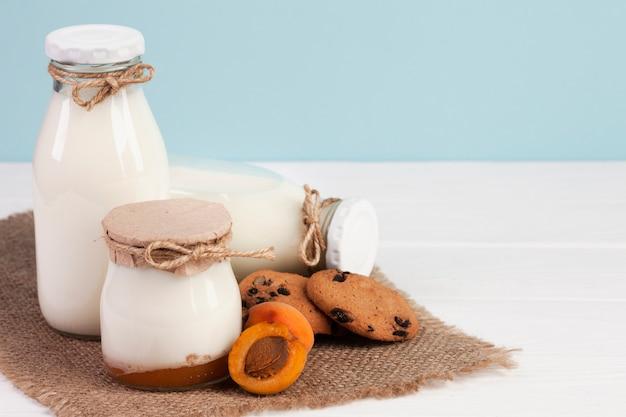 Variedade de frascos cheios de leite fresco