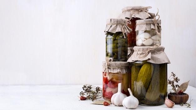 Variedade de frascos com legumes colhidos
