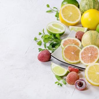 Variedade de frutas cítricas com limão tigre