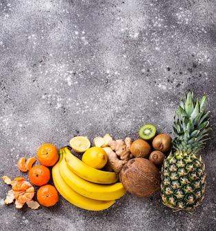 Variedade de frutas, dispostas em cores