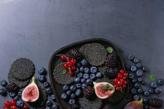 Variedade de frutas e figos com bolachas pretas