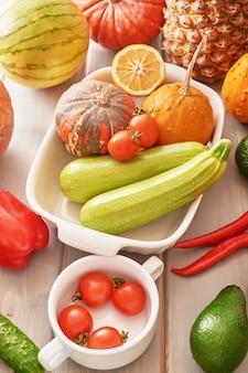 Variedade de frutas e legumes frescas coloridas, espaço de cópia. desintoxicação, dieta, alimentação limpa, vegetariano, vegan, fitness, conceito de estilo de vida saudável. mercado de agricultores frescos. comida saudável. vitaminas