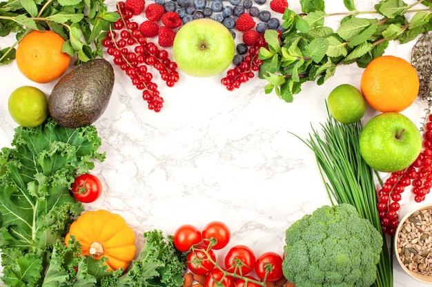 Variedade de frutas e vegetais coloridos