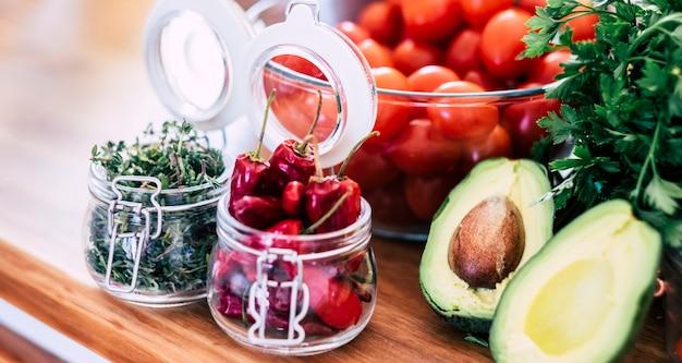 Variedade de frutas e vegetais em casa ou restaurante de cozinha em close sup imagem conceito de dieta e comida vegetariana ou vegana, nutrição, estilo de vida saudável