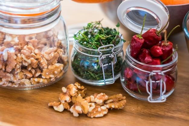 Variedade de frutas e vegetais em casa