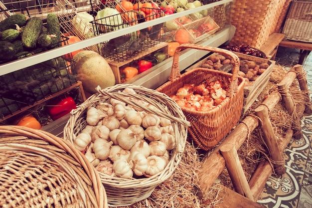 Variedade de frutas e vegetais frescos em caixas