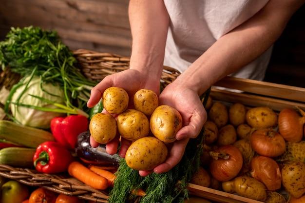 Variedade de frutas e vegetais frescos na mesa de madeira