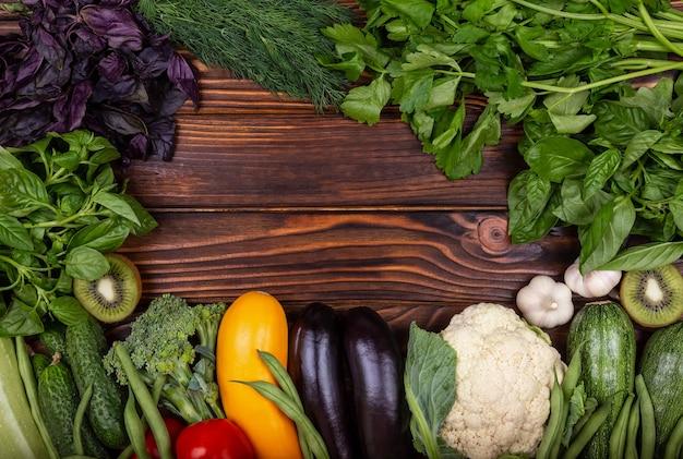 Variedade de frutas e vegetais orgânicos frescos - alimentos saudáveis
