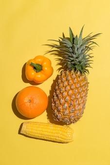 Variedade de frutas exóticas isoladas em amarelo
