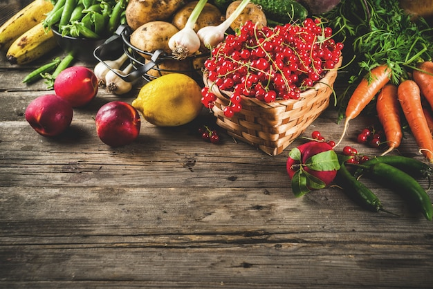 Variedade de frutas frescas, bagas e legumes