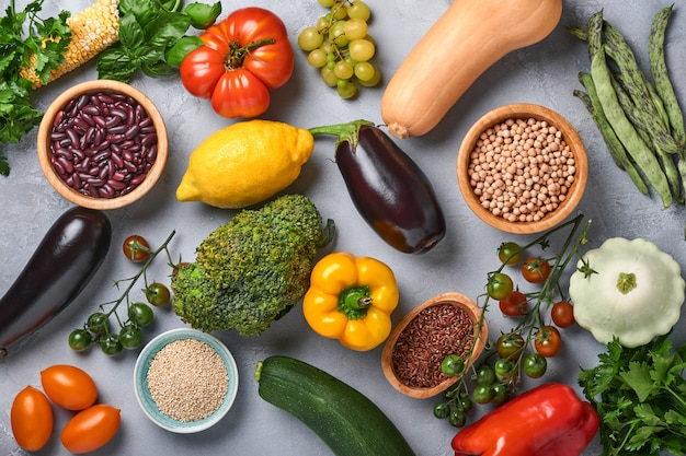 Variedade de frutas frescas e vegetais orgânicos multicoloridos do arco-íris em fundo cinza de concreto. cozinhar alimentos e fundo de comida limpa saudável e mock up.