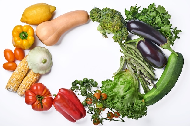 Variedade de frutas frescas e vegetais orgânicos multicoloridos do arco-íris sobre fundo branco fundo de cozimento de alimentos.
