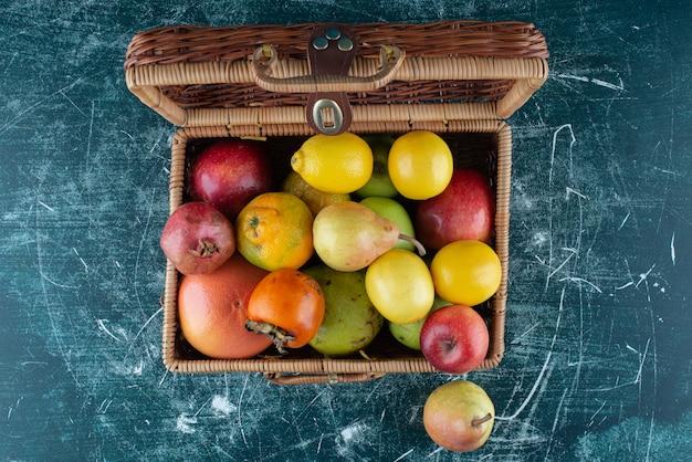 Variedade de frutas frescas em saco de madeira.