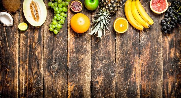 Variedade de frutas frescas na mesa de madeira.