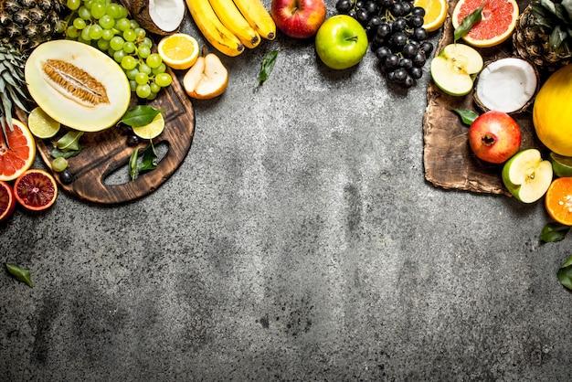 Variedade de frutas frescas na mesa rústica.