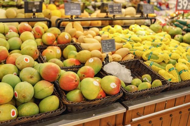 Variedade de frutas frescas no balcão do supermercado