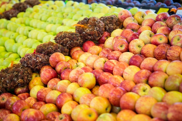 Variedade de frutas na seção orgânica
